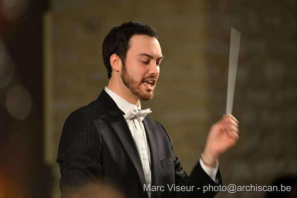 Le chef d'orchestre sympathique et compétent.
